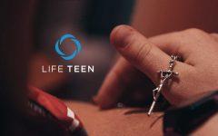 Un mano sujetando una cruz