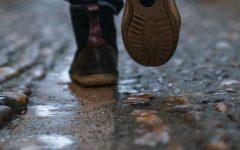 un hombre caminando por el calle